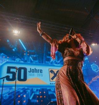 50-Jahre-Raiffeisen-Inforamtik-Feier-DoN-Catering-Wien-Show-Ness-Rubey-EVENTWERKSTATT
