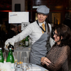 Fundraising-Dinner-Belvedere-Glas-einschenken