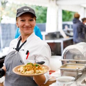 25-Jahre-IKB-DoN-Catering-Innsbruck-Servicekraft-_c_ThomasSteinlechner