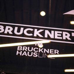 Bruckners-im-Brucknerhaus-Linz-Schild