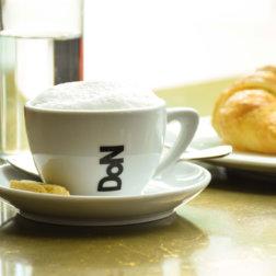 Kaffee-und-Croissant