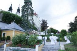 Rosengarten-am-Poestlingberg-Tische-aussen