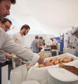LASK-Linz-VIP-DoN-Catering-Buffet-mit-Gaesten