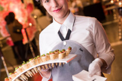 DoN-Catering-Servicekraft-mit-Fingerfood-