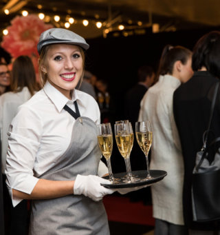 Welt-der-Genuesse-DoN-Catering-Innsbruck-Kellnerin