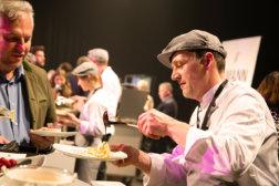 Welt-der-Genuesse-Linz-DoN-Catering-Buffetausgabe